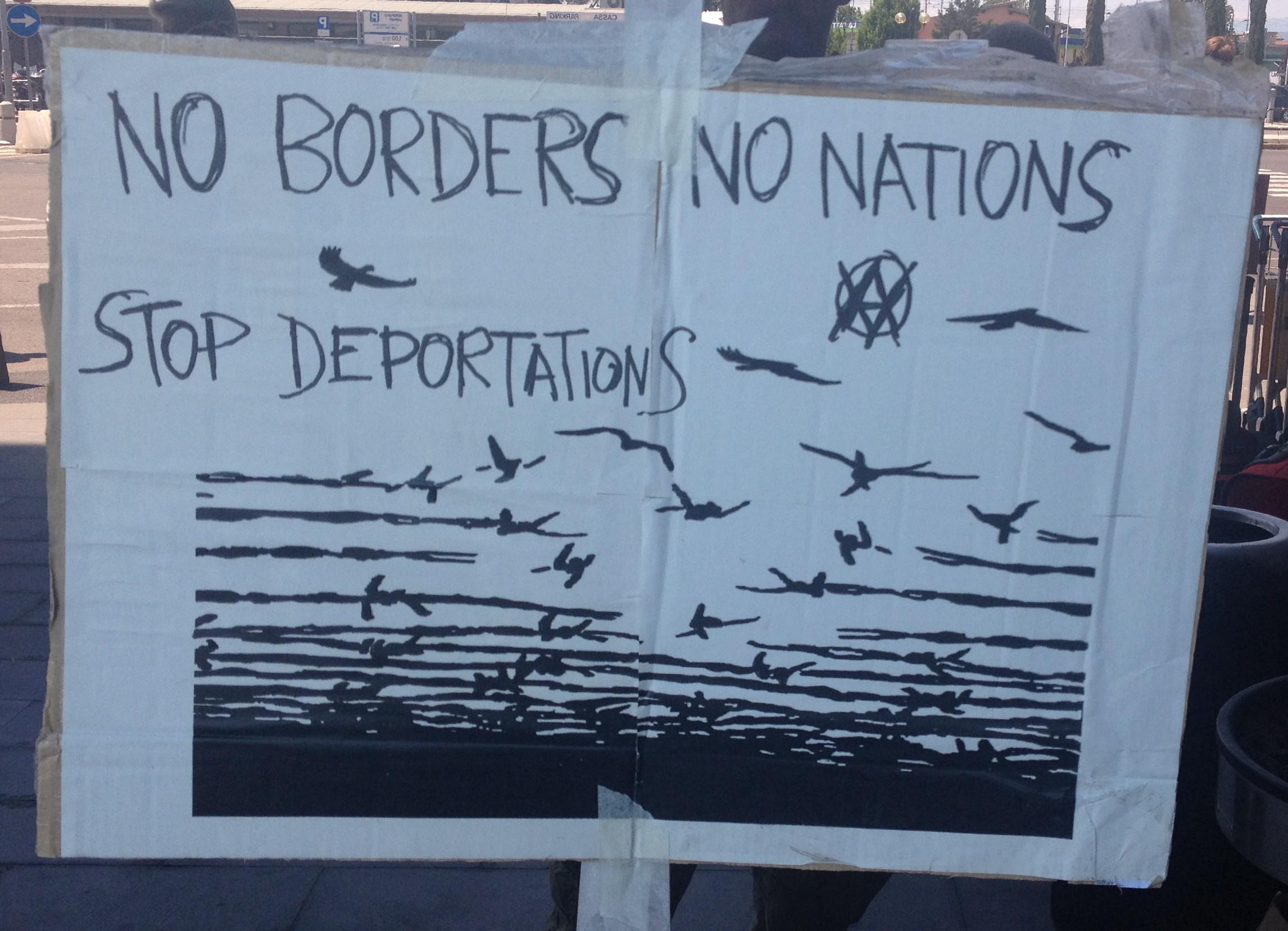 Cartello contro le frontiere e la deportazione delle/dei migranti